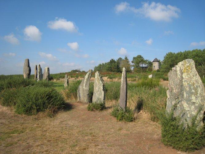 L'alignement de Cojoux et au loin le moulin (Photo : JCArquié)